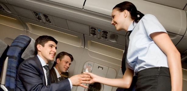 aeromoca-serve-agua-para-passageiros-da-primeira-classe-1369436818763_615x300